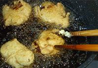 卵と薄力粉を混ぜて、(1)を180℃で揚げる