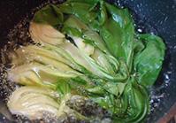 青梗菜をサッと塩(分量外)ゆでして水を切る