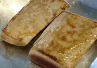 水分をふき、熱したフライパンにサラダ油を入れ、強火でこんがりと両面を焼く
