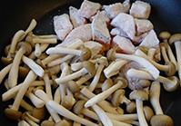 フライパンにごま油を熱し、鮭としめじを入れて炒める