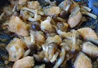 鮭の色が変わったら、酒、すりおろした大根と汁を加え、2~3分煮てからアクをとり、ポン酢を加える